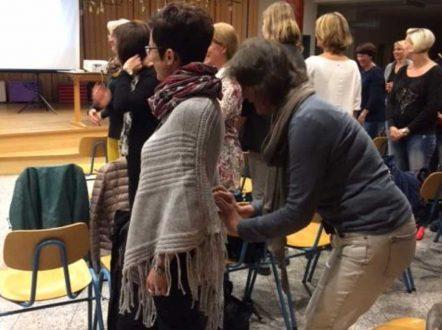 Teilnehmer beim Ausprobieren der Übungen