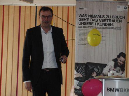 Herr Gerhardt praesentiert die mitgebrachten Schrittzaehler