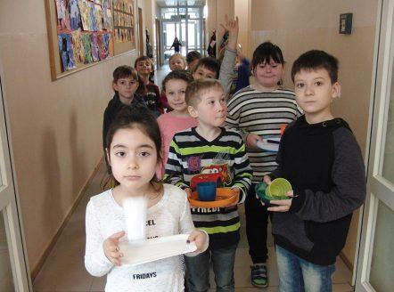 Hungrige Kinder warten aufs Fruehstueck